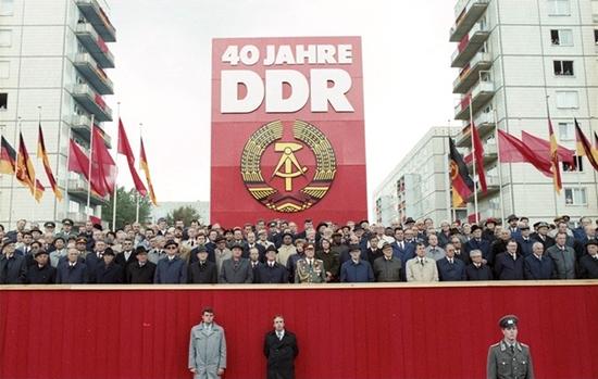 Bundesarchiv_Bild_183-1989-1007-402,_Berlin,_40__Jahrestag_DDR-Gründung,_Ehrengäste.jpg